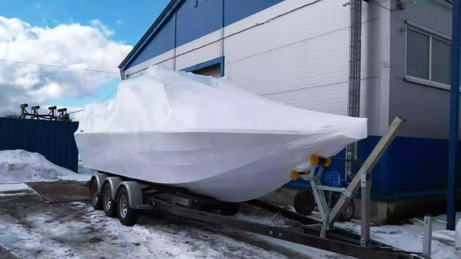 Упаковка для транспортировки катера в термоусадочную пленку