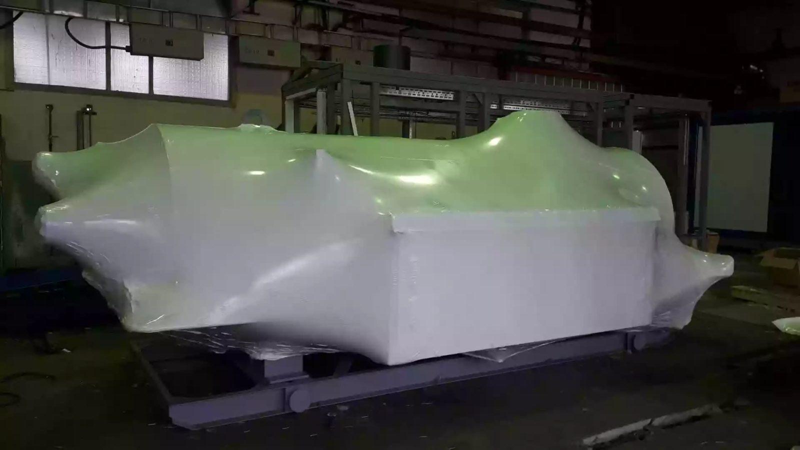 Упаковка оборудования в термоусадочную пленку производится сотрудниками Fastpack
