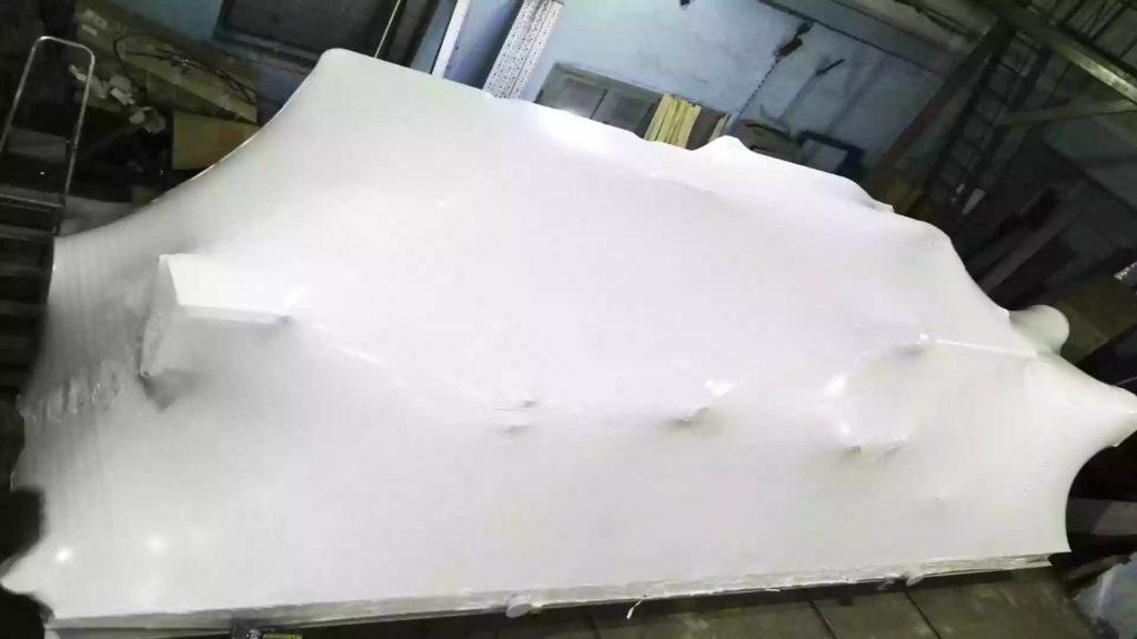 Упаковка промышленного оборудования на раме в термоусадочную пленку для хранения