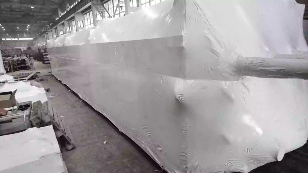 Упаковано крупногабаритное оборудование в промышленную термоусадочную пленку толщиной 210 микрон