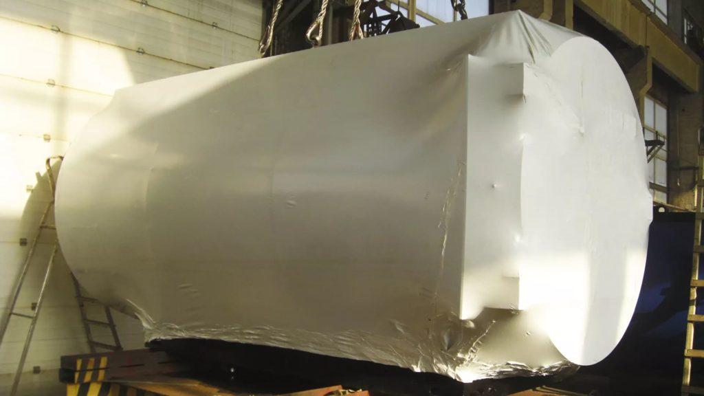 Упаковка емкостного оборудования в промышленную термоусадочную пленку