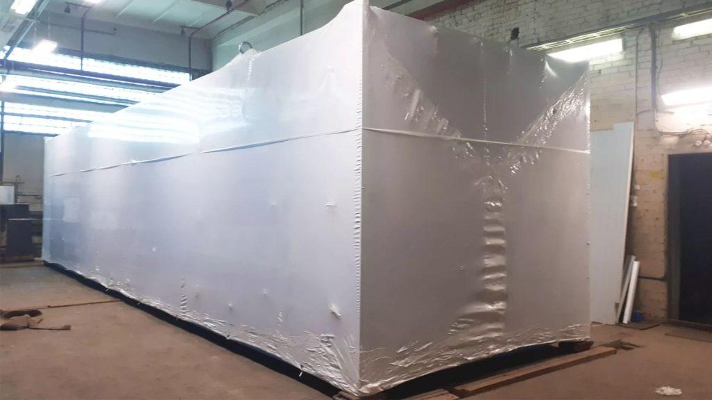 Упаковка блочно-модульной котельной в термоусадочную пленку.
