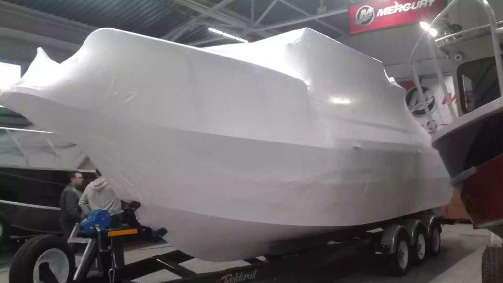 Упаковка катера 14 метров длиной для доставки в Санкт-Петербург