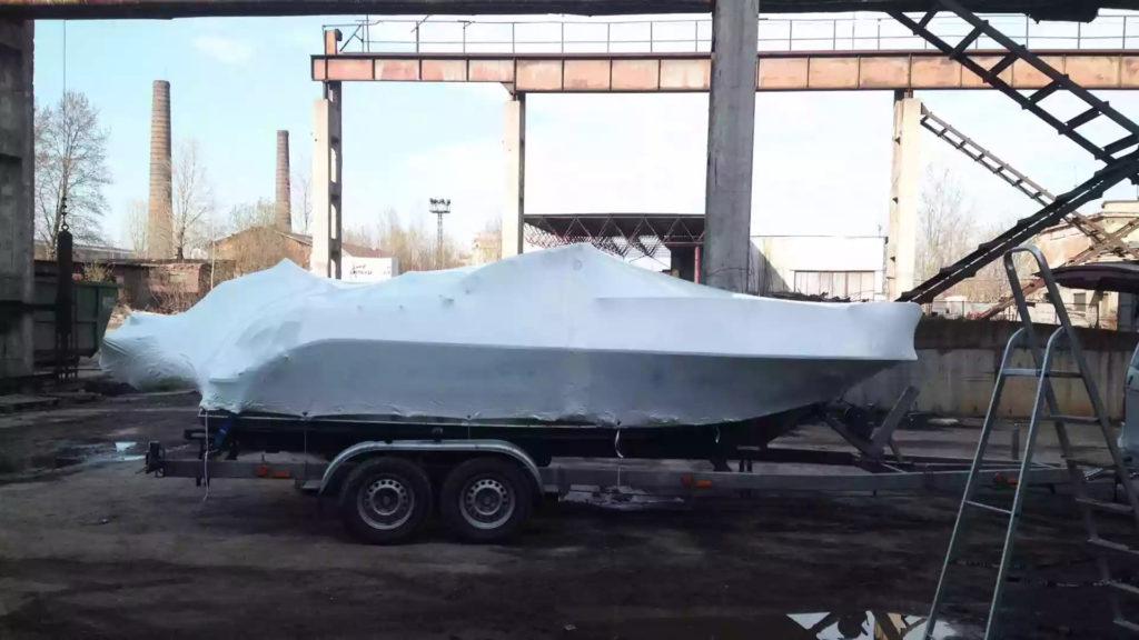 Упаковка катера в термоусадочную пленку для транспортировки