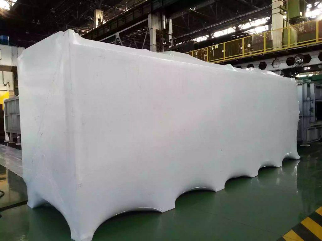 Упаковка промышленного оборудования защищает от дорожной грязи.