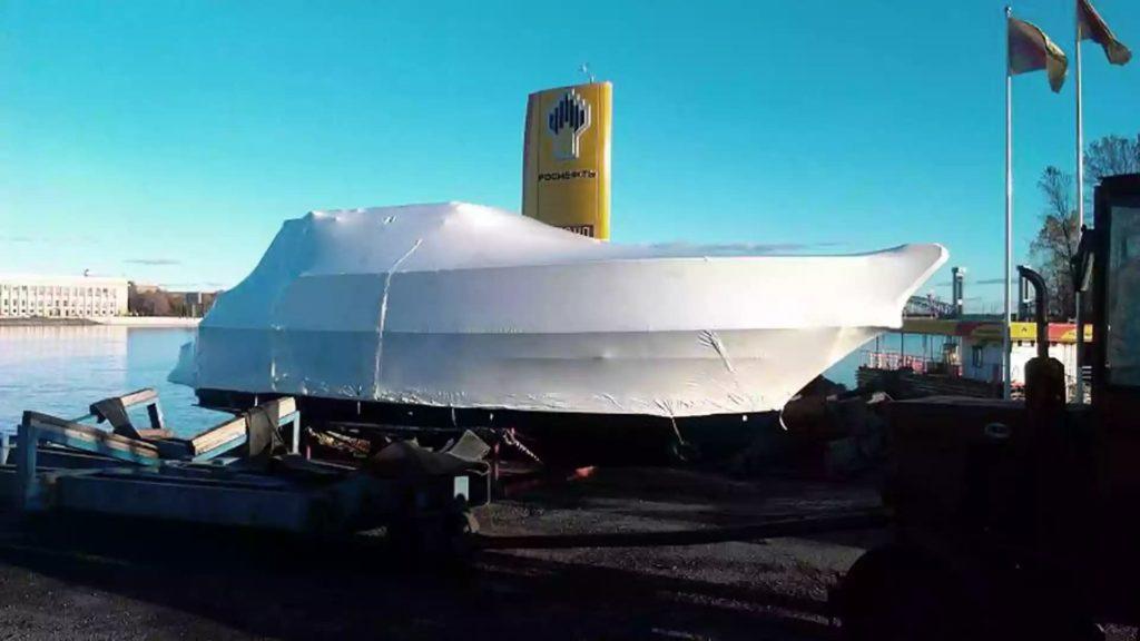 Упаковка металлического катера в белую термоусадочную пленку в Санкт-Петербурге