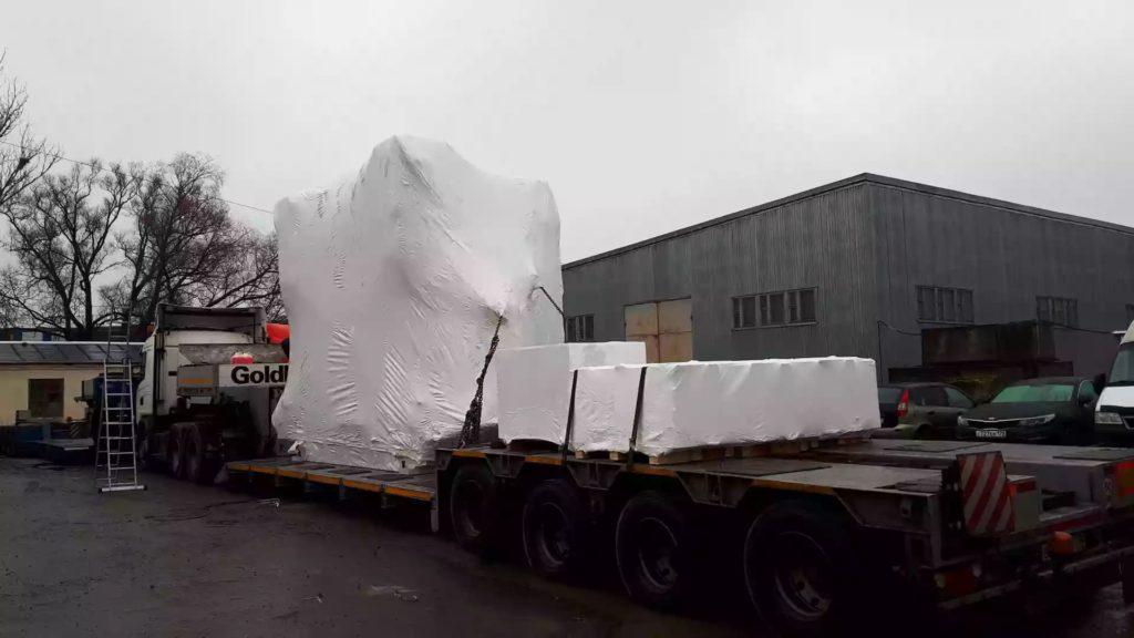 Услуги по упаковке негабаритного оборудования в промышленную термоусадочную пленку белого цвета.