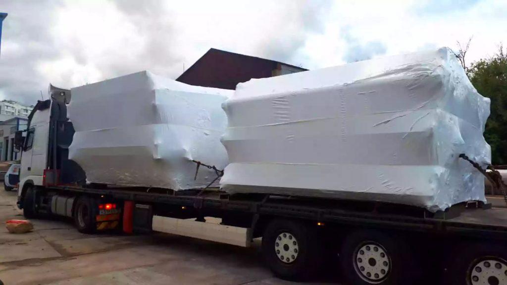 Упаковка установки новой производственной линии в термоусадочную пленку