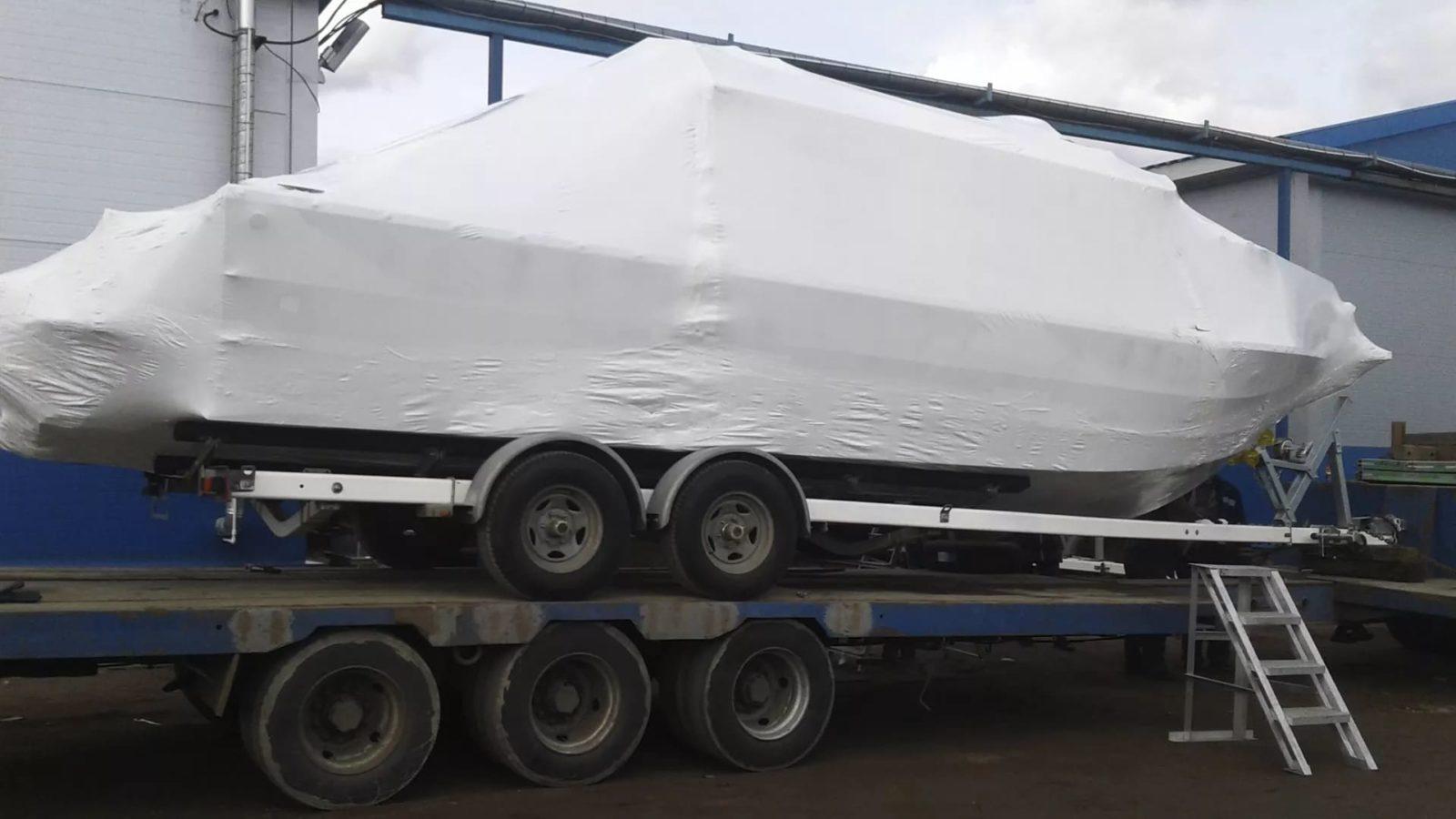 Упаковщики FastPack упаковали катер 10 метров длиной в термоусадочную пленку