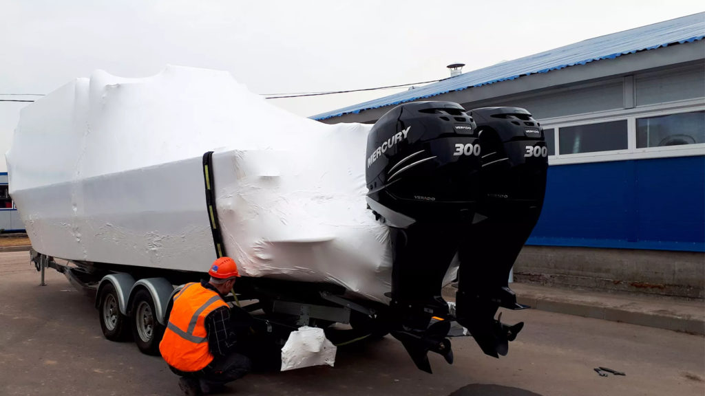 Упаковка судна в термоусадочную пленку 9 метров длиной за 90 минут