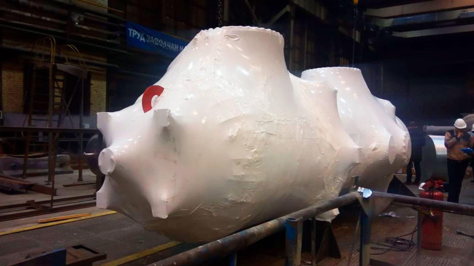 Промышленная упаковка оборудования для надежной защиты от грязи, воды и снега