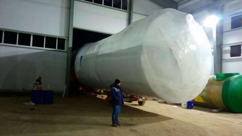 Упаковать емкость в термоусадочную пленку можно силами наших упаковщиков